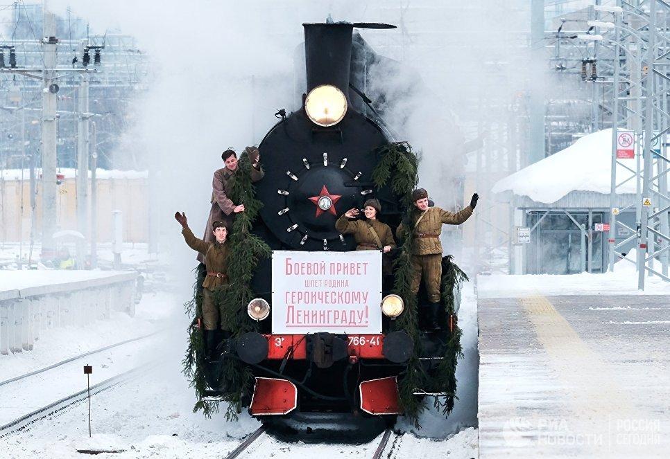 Участники реконструкции прибытия первого поезда по Дороге Победы в Ленинград на Финляндском вокзале в Санкт-Петербурге. Реконструкция, посвящена 75-летию прибытия первого поезда с Большой земли после прорыва блокады