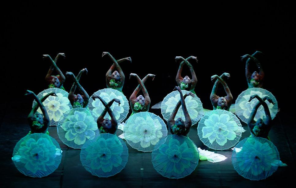 Китайские танцоры выступают во время Праздника Весны в Калькутте, Индия. 12 февраля 2018 года