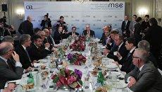 Участники делового завтрака на Мюнхенской конференции по безопасности. 17 февраля 2018