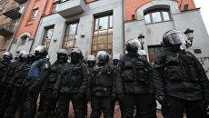 Сотрудники правоохранительных органов у здания Россотрудничества в Киеве, где проходит антироссийская акция радикалов. 18 февраля 2018