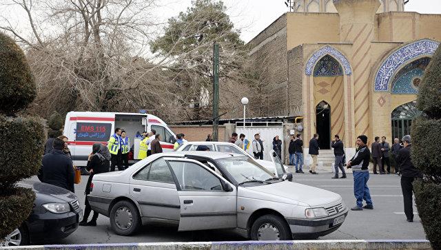 Родственники пассажиров иранского самолета Aseman Airlines EP3704, потерпевшего крушение, перед мечетью около аэропорта в Тегеране. 18 февраля 2018