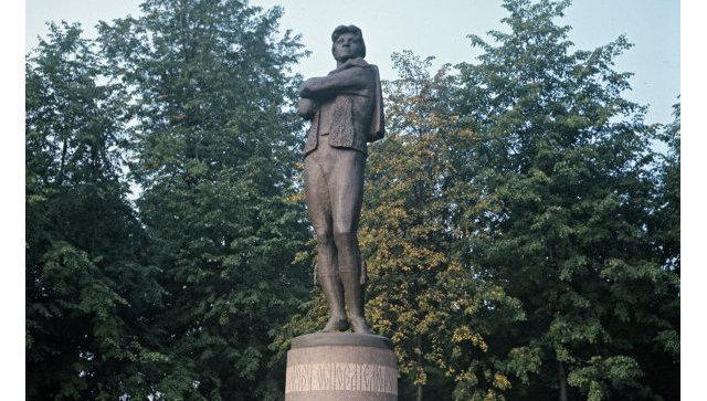 Памятник Федору Григорьевичу Волкову (1729-1763) - основателю первого русского профессионального театра