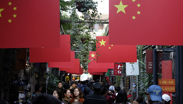 Прохожие на пешеходной улице в Шанхае. Архивное фото