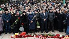 Горожане на похоронах убитых в результате стрельбы у собора Георгия Победоносца в Кизляре. 20 февраля 2018
