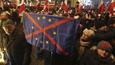 Митинг перед президентским дворцом в Варшаве, Польша. Архивное фото