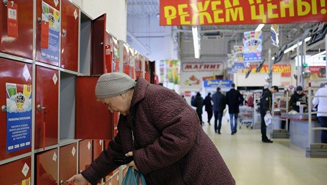 Покупательница у камеры хранения в магазине. Архивное фото