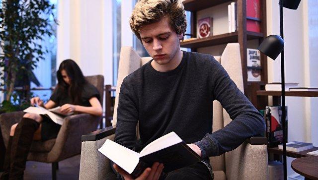 Молодые люди в павильоне Книги на ВДНХ