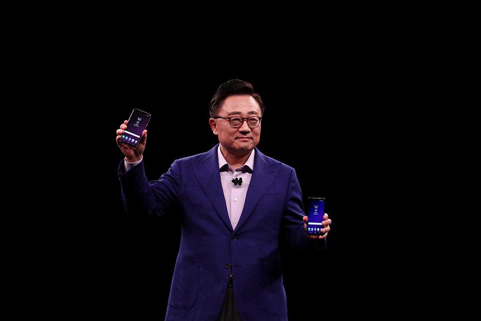 Президент подразделения мобильных коммуникаций Samsung Донг Джинг Ко (DJ Koh) во время презентации на конгрессе Mobile World в Барселоне, Испания. 25 февраля 2018 года