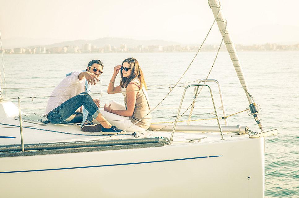 Пара делает селфи во время отдыха на яхте