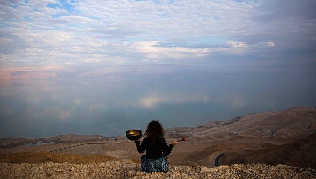 Девушка с поющей чашей на берегу Мертвого моря
