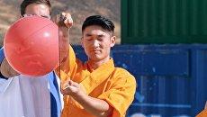 В Сети появилось видео с шаолиньским монахом, пробивающим стекло швейной иглой