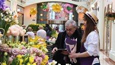 Посетители на Весеннем цветочном базаре. Архив