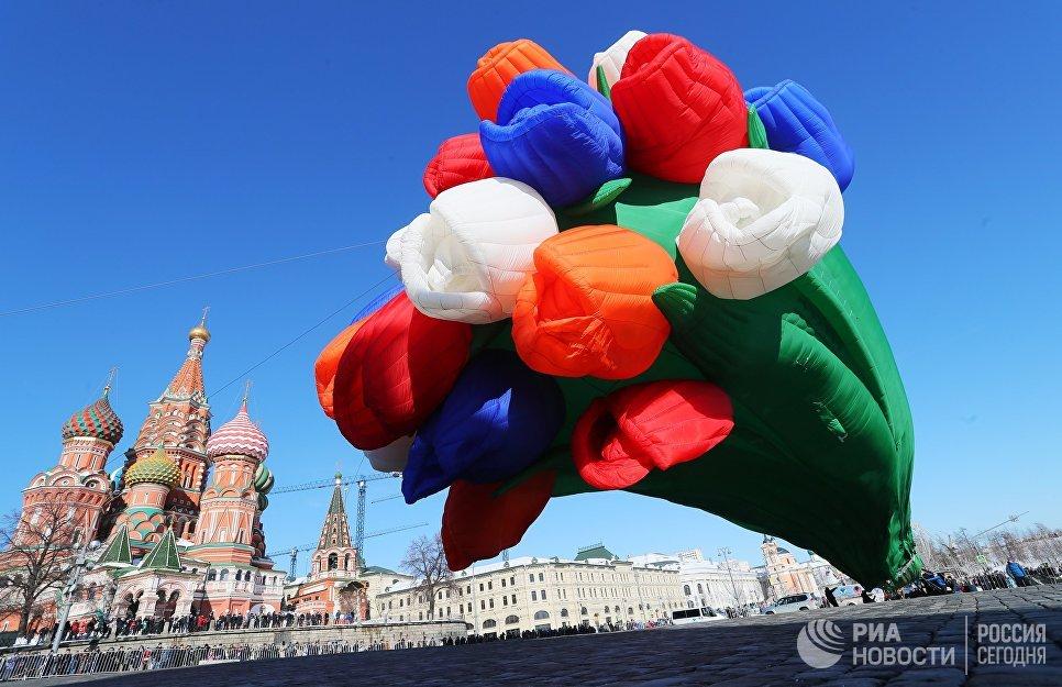 Воздушный шар в виде букета тюльпанов в Москве