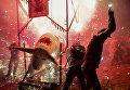 Люди укрываются от фейерверков, взрывающихся с торито на окраине Мехико