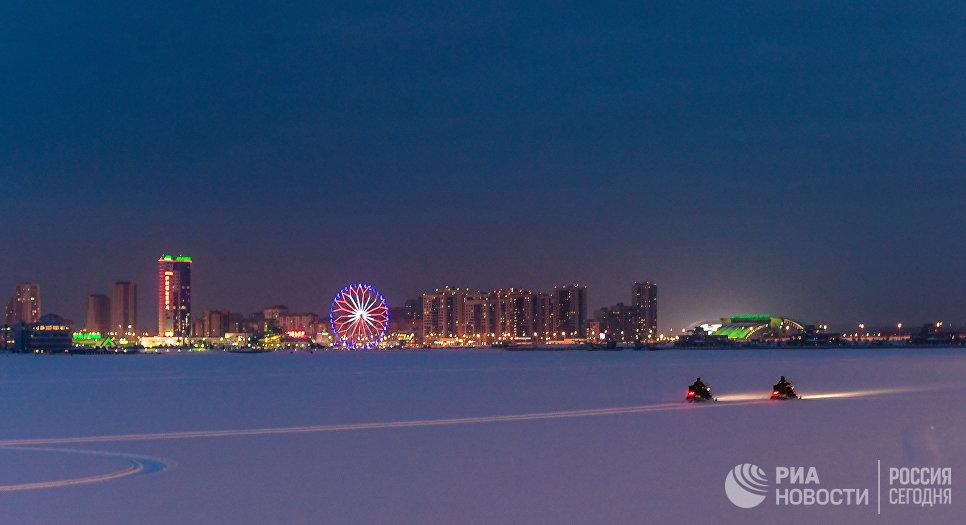 Вид на Казань. На заднем плане развлекательный комплекс Ривьера и колесо обозрения Вокруг Света