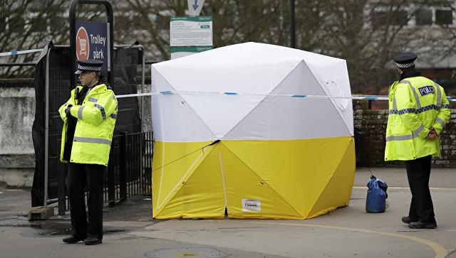 Полицейские на автостоянке рядом с местом, где экс-разведчик Сергей Скрипаль и его дочь Юля были найдены отравленными, Солсбери. 13 марта 2018