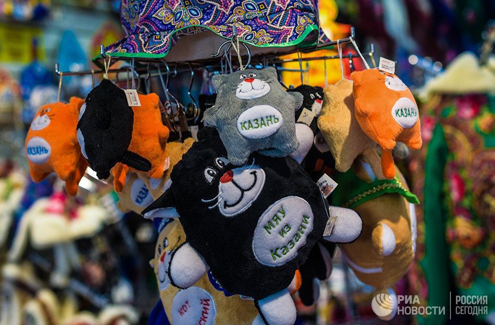 Сувениры в магазине на улице Баумана в Казани.