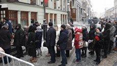 Люди у входа в здание Московского Художественного театра (МХТ) имени А. П. Чехова в Камергерском переулке, где проходит церемония прощания с актером Олегом Табаковым