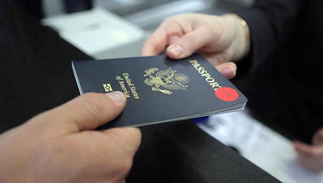 Пассажир предъявляет паспорт гражданина США на стойке регистрации в аэропорту города Сочи. Архивное фото