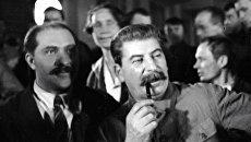 Генеральный секретарь ЦК ВКП (б) Иосиф  Сталин среди делегатов на II Всесоюзном съезде колхозников-ударников. Февраль 1935 года