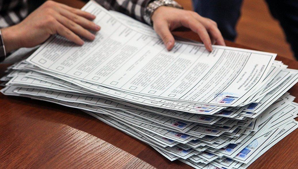 Проверка избирательных бюллетеней во время подготовки избирательного участка