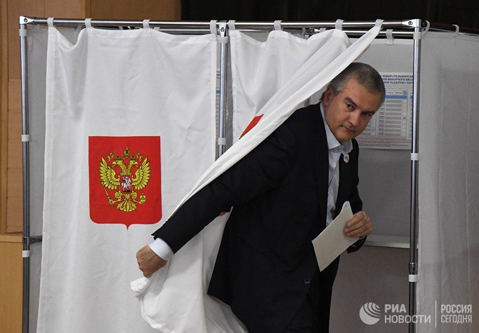 Глава Республики Крым Сергей Аксенов во время голосования на выборах президента Российской Федерации на избирательном участке в Симферополе. 18 марта 2018