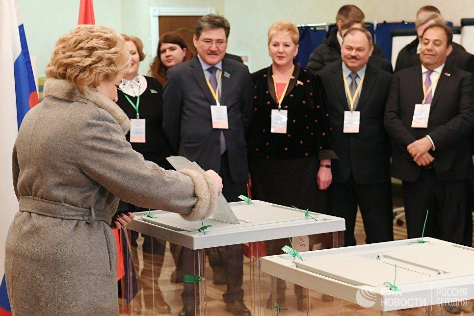 Председатель Совета Федерации РФ Валентина Матвиенко опускает бюллетень в урну на выборах президента РФ на избирательном участке №2237 в Санкт-Петербурге. 18 марта 2018