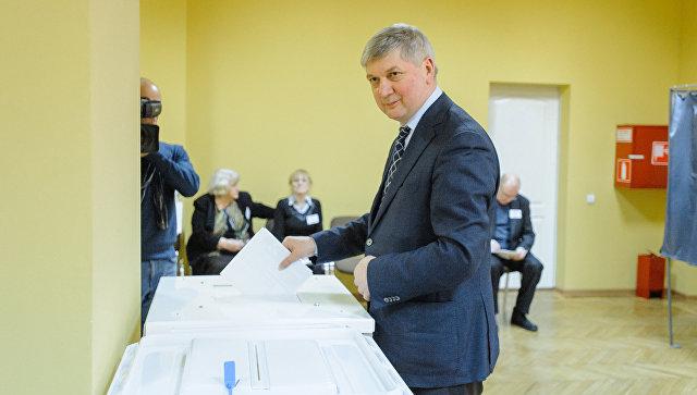 Врио губернатора Воронежской области Александр Гусев во время голосования на выборах президента РФ. 18 марта 2018