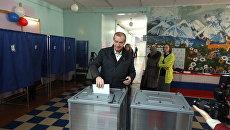 Губернатор Иркутской области Сергей Левченко проголосовал на выборах президента России в своем родном городе Ангарске. 18 марта 2018