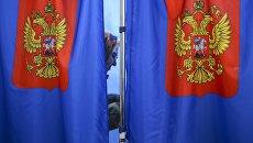 Избиратель во время голосования на выборах президента Российской Федерации на избирательном участке. 18 марта 2018