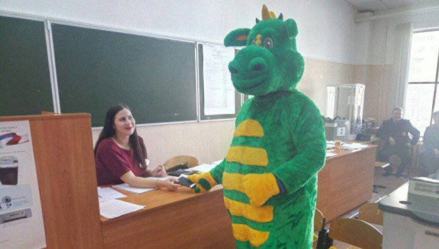 Человек в костюме Дракоши во время голосования в Рязани. 18 марта 2018