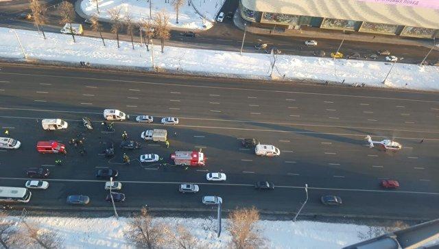 Медицинский вертолет эвакуирует в больницу двух пострадавших после ДТП на Кутузовском проспекте в Москве. 18 марта 2018