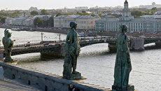 Скульпуры на крыше Эрмитажа. Вид на Дворцовый мост. Архивное фото