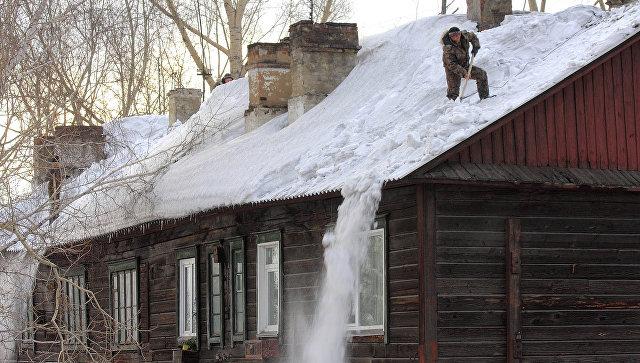 В Костроме госпитализировали подростка после падения на него снега с крыши