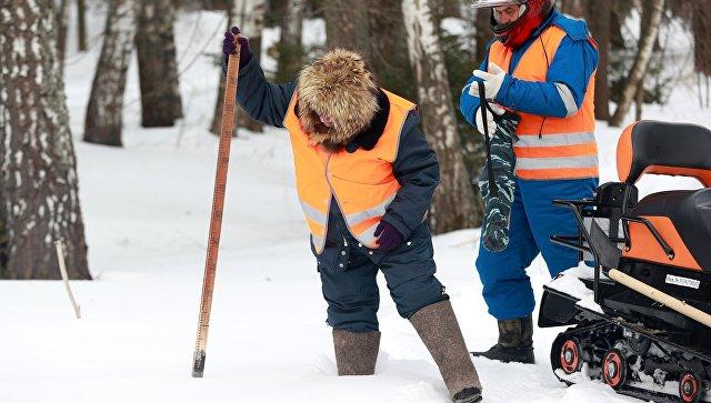 Сотрудники АО Мосводоканал измеряют количество снега на Истринском водохранилище