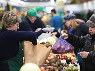 Посетители у торговых рядов Велозаводского рынка, открывшегося после реконструкции в Москве