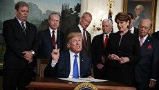 Президент Дональд Трамп перед подписанием президентского меморандума, устанавливающего тарифы и инвестиционные ограничения для Китая. 22 марта 2018