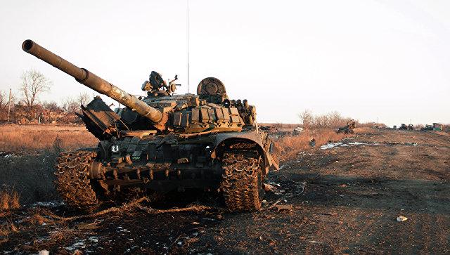 Уничтоженная украинская военная техника во время боевых действий в поселке Логвиново на Донбассе
