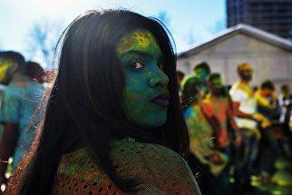 Участница фестиваля красок Холи-Мела в Центре индийской культуры в Москве. 24 марта 2018