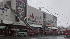 Сотрудники пожарной охраны МЧС борются с пожаром в торговом центре Зимняя вишня в Кемерово. 25 марта 2018