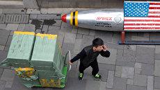 Мужчина с тележкой, груженой коробками с товаром, в Пекине. Архивное фото