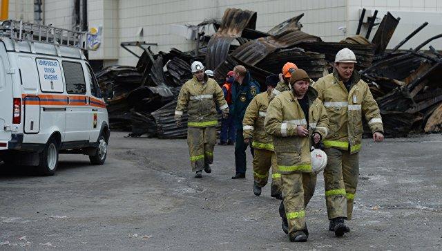 Сотрудники МЧС у торгового центра Зимняя вишня в Кемерово. Архивное фото