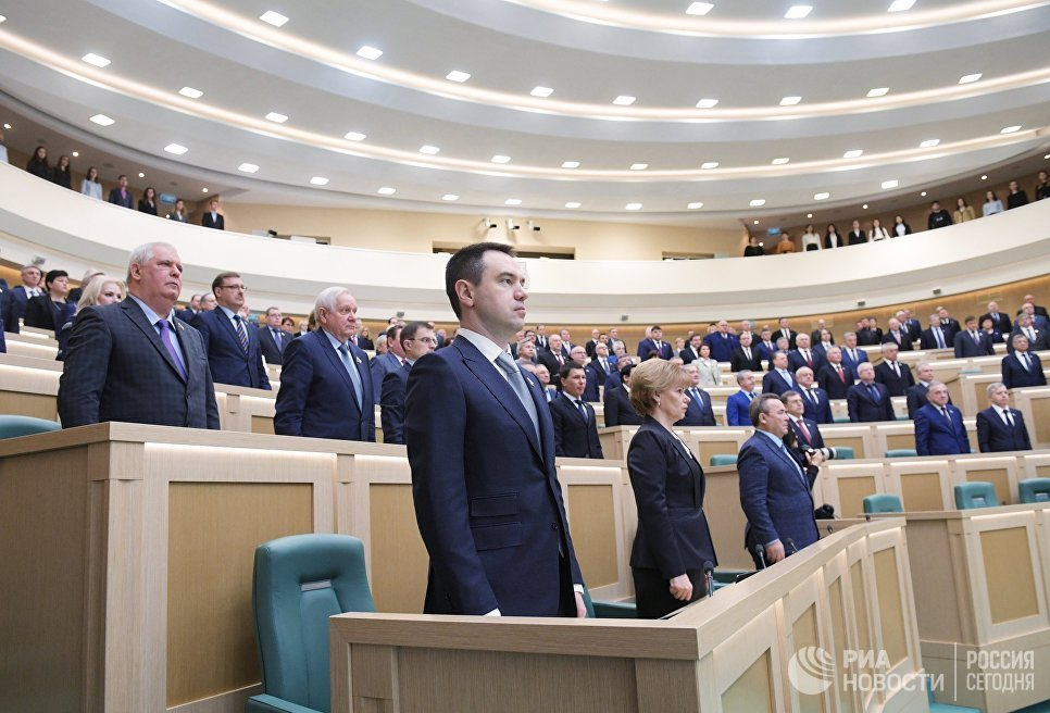 Минута молчания в память о жертвах пожара в ТЦ Зимняя вишня в Кемерово перед началом заседания Совета Федерации РФ