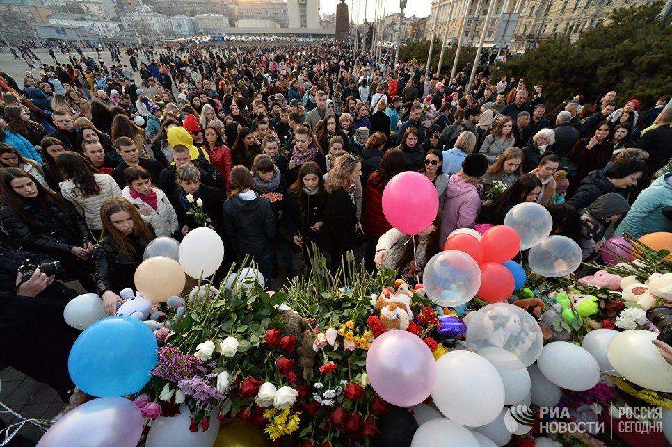 Акция на центральной площади во Владивостоке в память о погибших в ТЦ Зимняя вишня в Кемерово