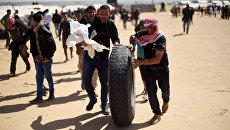 Палестинцы во время столкновений с израильскими военными на границе сектора Газа и Израиля. Архивное фото
