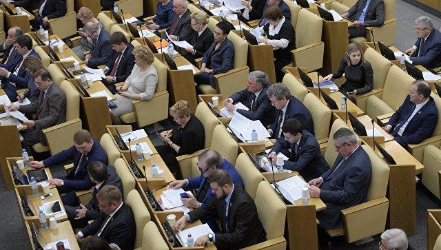 Депутаты перед началом пленарного заседания Государственной Думы