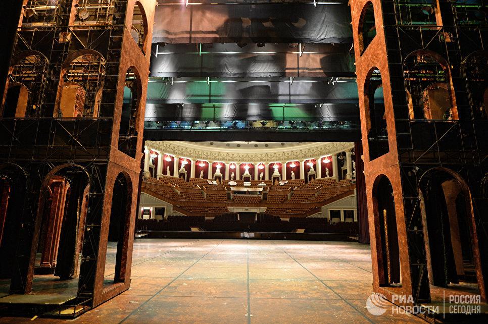 Вид на зрительный зал Новосибирского оперного театра со сцены.