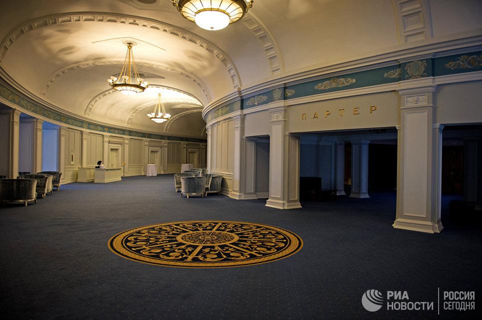 В фойе Новосибирского оперного театра.