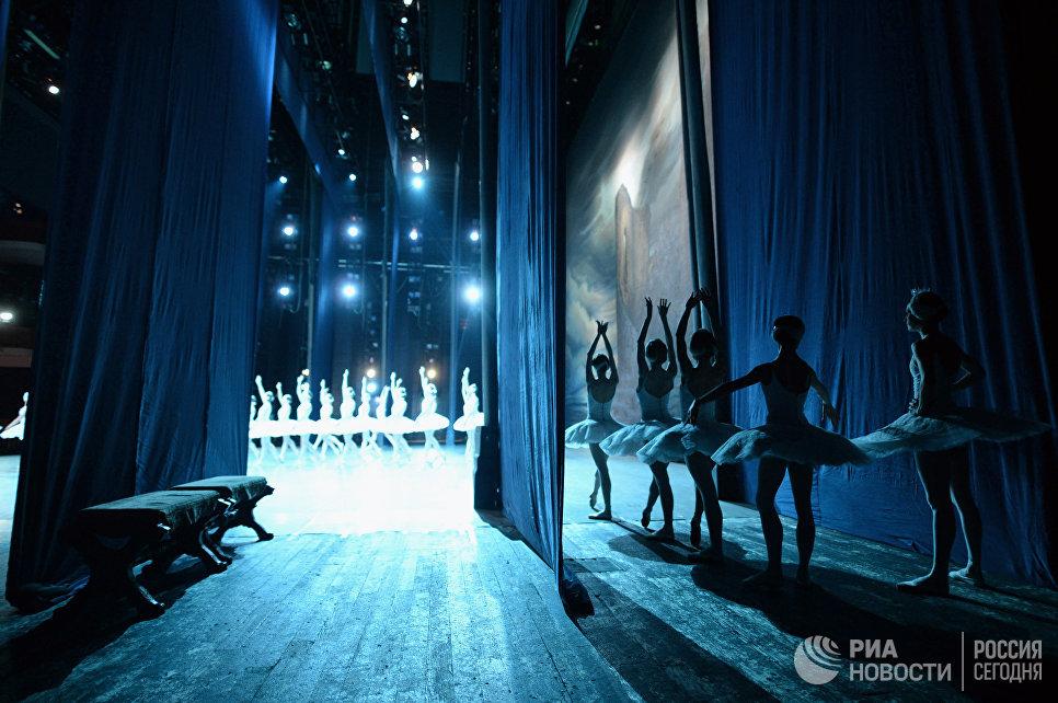 Балерины ожидают выхода на сцену.
