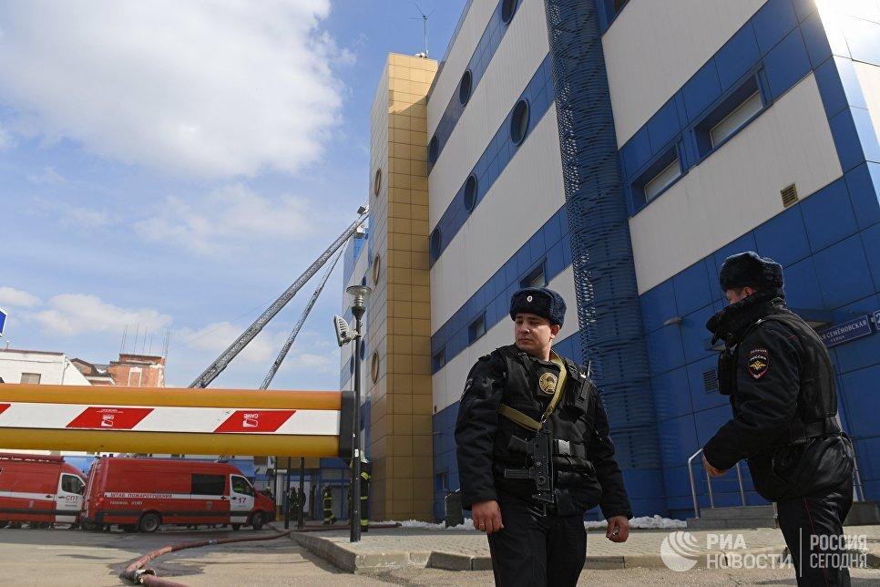 Сотрудники правоохранительных органов у детского торгового центра Персей в Москве, где произошло возгорание